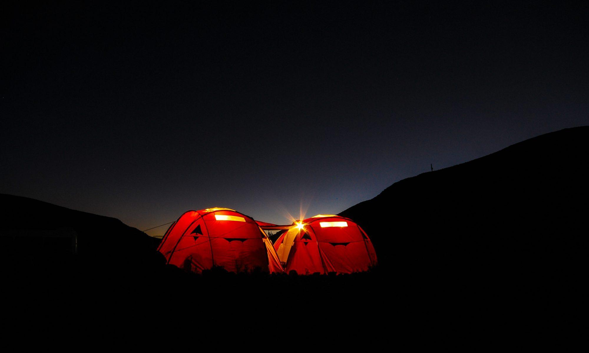 Dos tiendas de campaña iluminadas en la oscuridad