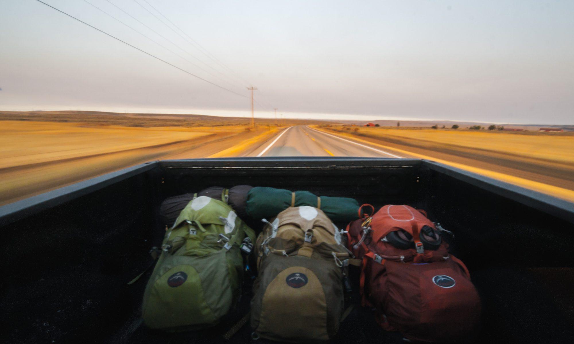 Tres mochilas en una camioneta